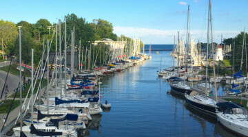 Located on Lake Ontario, Oakville has a number of yacht clubs.