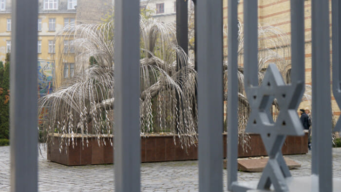 The Tree of Life in the Raoul Wallenberg Memorial Park behind the Great Synagogue resembles a weeping willow and has the names of victims of the Holocaust engraved on the leaves.