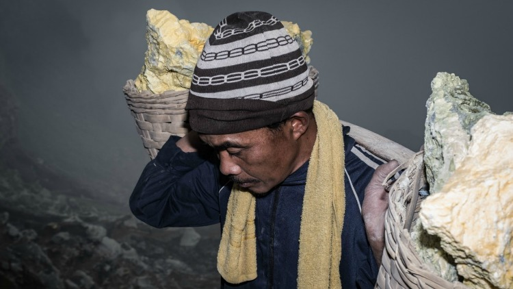 photo, image, sulfur miner, indonesian jungle