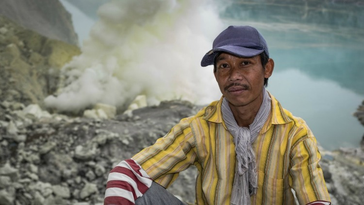 photo, image, sulfur miner, mount ijen, indonesian jungle